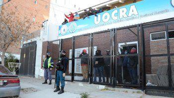 tension: desocupados tomaron la sede de uocra