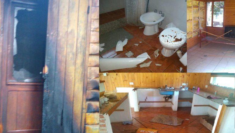 Así quedó una cabaña de Hueche Ruca tras un ataque. Ahora ese predio, fue tomado por la Lafken Winkul Mapu.