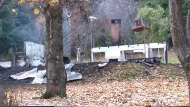 Las ruinas de la cabaña del predio de Gas del Estado que fue incendiada en mayo.