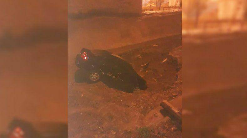 Se lo tragó la tierra: un auto se hundió en plena calle en el barrio Islas Malvinas