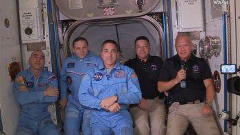 la tripulacion de crew dragon llego a la estacion espacial internacional