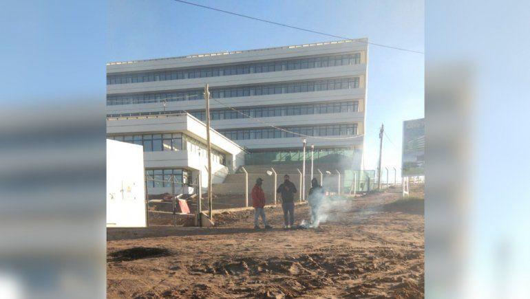 Dos reclamos generaron caos frente a la Municipalidad del Oeste