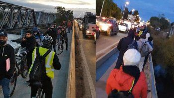 ¡insolito! hasta los ciclistas tienen su fila de mas de 100 metros en los puentes