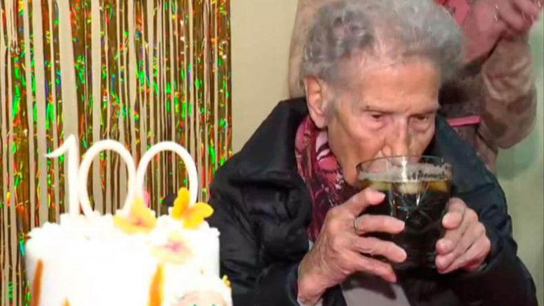 Cumplió 100 años y revela su secreto: El fernet con coca es la clave