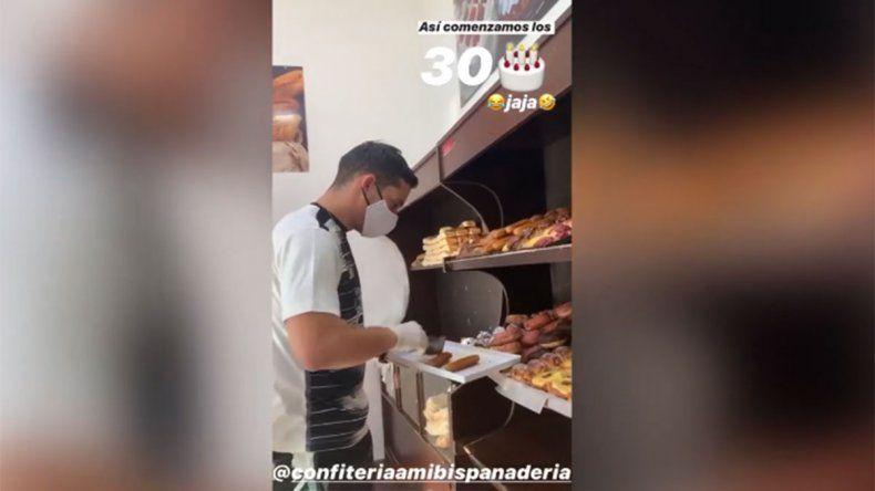 Estrella de Boca sorprendió a clientes de una panadería detrás del mostrador
