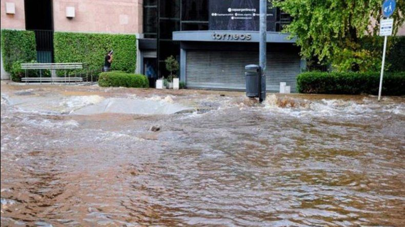 Se rompió un caño de agua e inundó el edificio de TyC