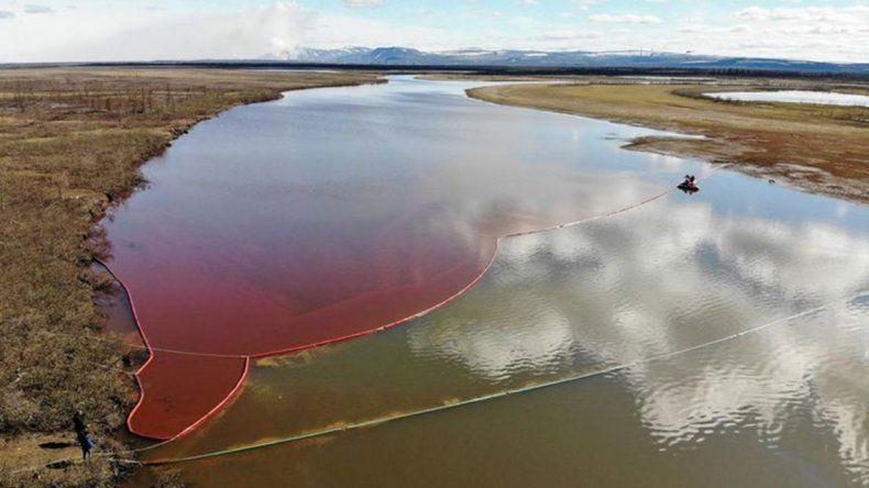 Contienen en Siberia una enorme fuga de combustible