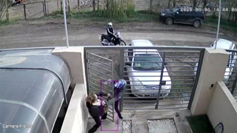 Así los motochorros intentaron robarle cuando entraba a su casa