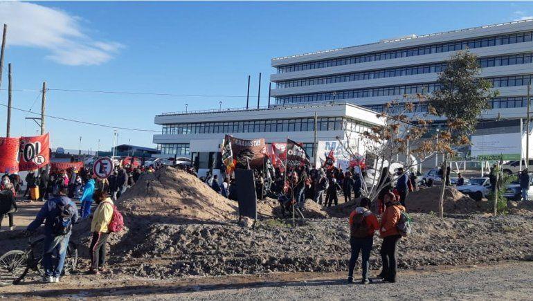 Organizaciones sociales y ceramistas reclaman en la Municipalidad del oeste