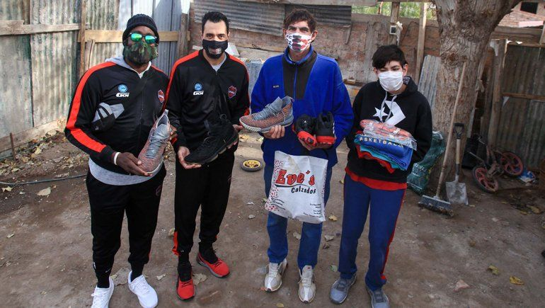 Más ídolos que nunca: figuras del básquet local le donaron zapatillas talles 49 y 53 a familia de Ceferino