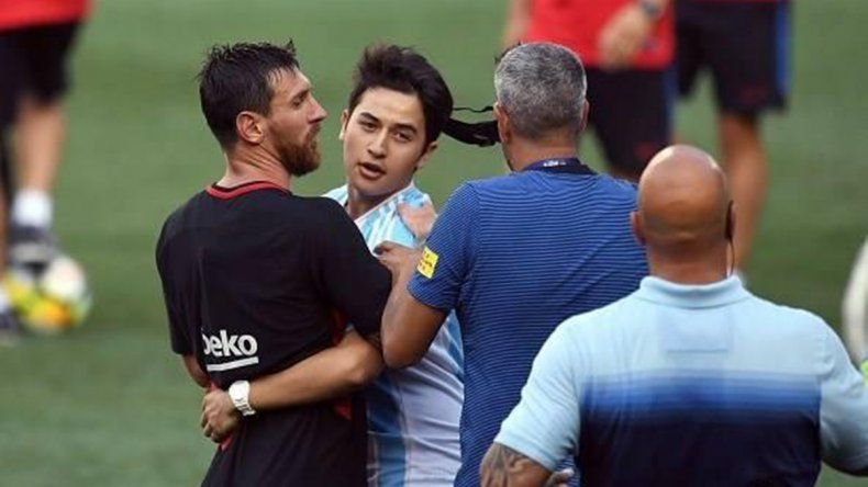 El intruso neuquino que sí pudo llegar a Messi y abrazarlo