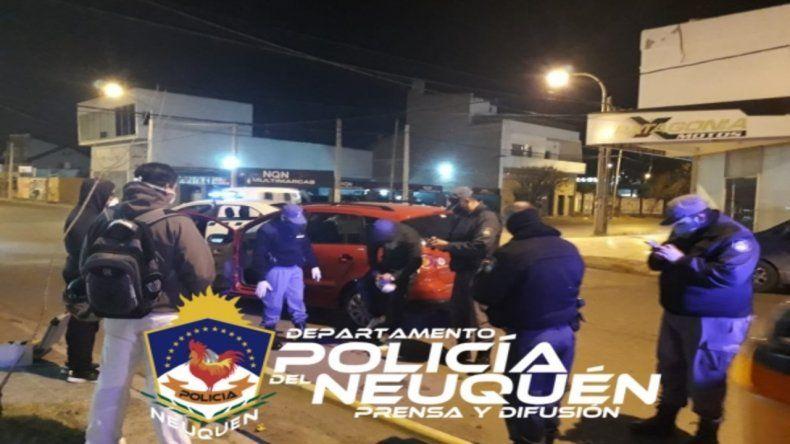 Le rociaron gas pimienta para robarle el auto