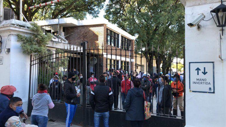 Encerrados hace 3 meses, el drama de los trabajadores del hipódromo de Palermo