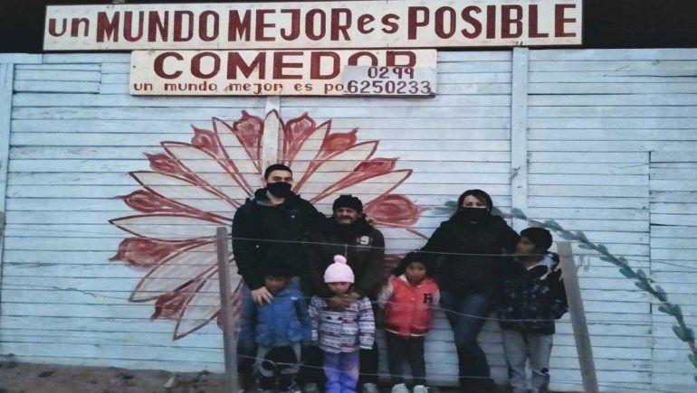 Policías solidarios ayudan en un comedor de Plottier