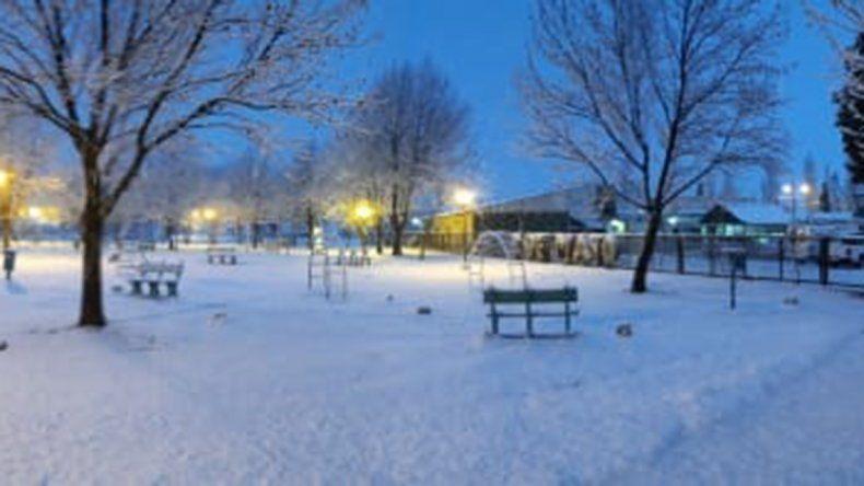 El Cholar se cubrió de nieve y la gente está feliz