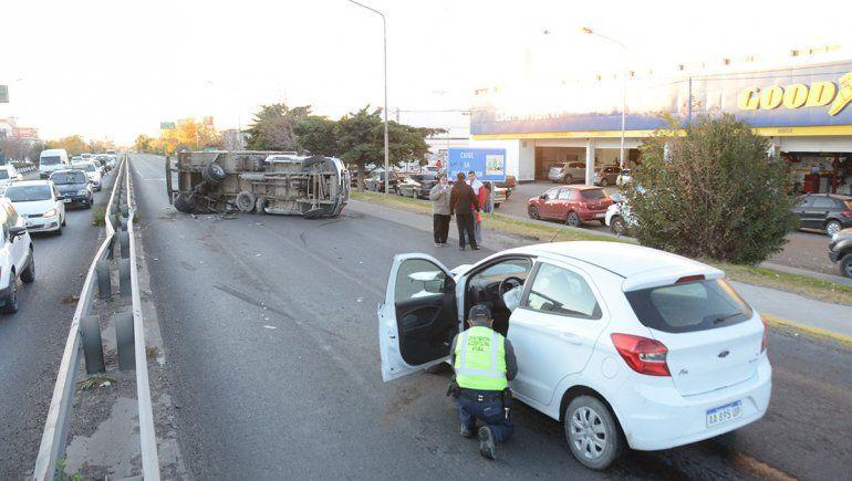 Espectacular choque entre un camión repartidor y un auto en la Ruta 22