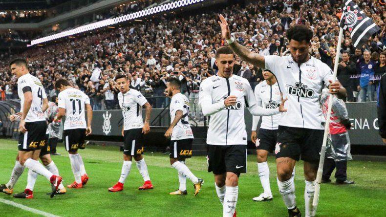 Ocho jugadores de Corinthians dieron positivo antes de volver a entrenar