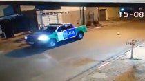 un patrullero jugo a explotar un globo en plena calle
