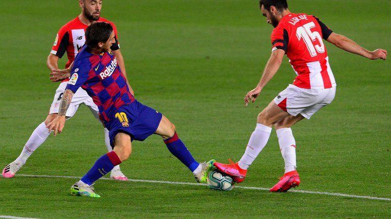 A Messi se le sigue negando su gol 700