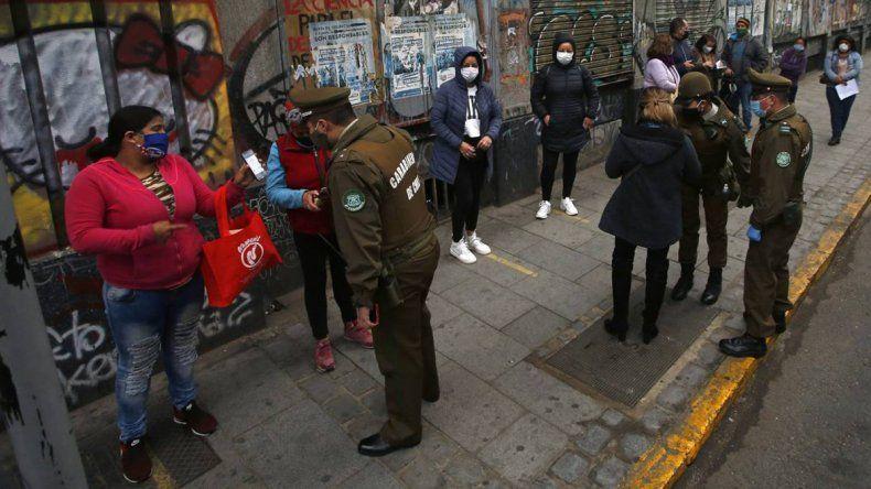 Chile extiende la cuarentena en Santiago y ve una mejora