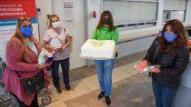 mujeres solidarias tejen ropa para los bebes internados