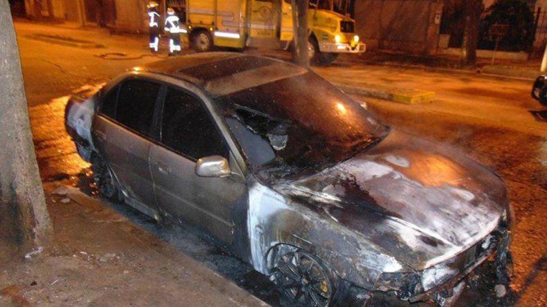 Enfermera tiene Covid y le queman el auto al novio