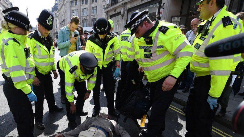 Policías frenaron fiesta callejera y los atacaron