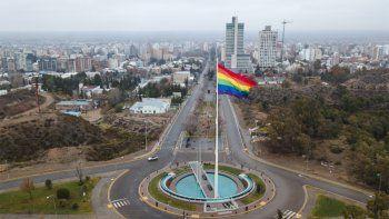 la bandera del orgullo lgbti+ fue izada en neuquen capital