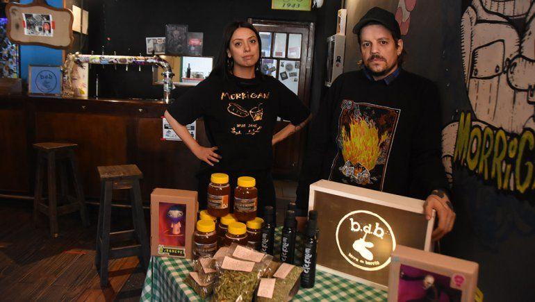 Marilin y Matías son los dueños de Morrigan Bar junto a otro de los socios, Ramiro.
