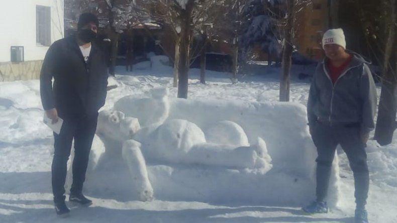 Zapala: con un Simpson de nieve sorprendieron a sus vecinos