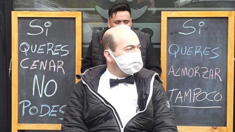 Mozos de un conocido restaurante se encadenaron para que los dejen abrir