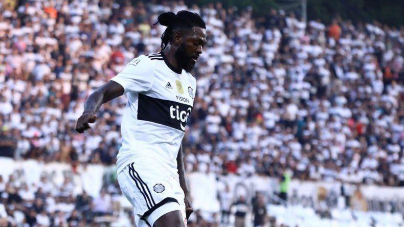 Adebayor se fue de Paraguay y Olimpia piensa en Tevez