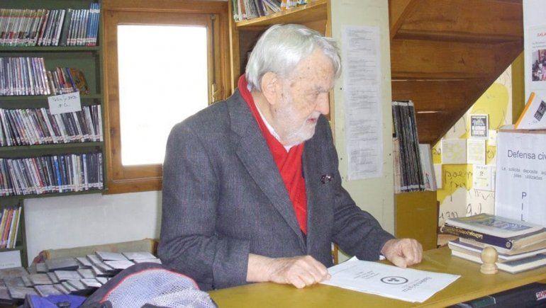 Osvaldo Bayer en una de sus visitar a la Biblioteca Popular que lleva su nombre.