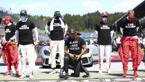 Momentos previos al arranque de la competencia en Austria, los pilotos de la Fórmula 1 tuvieron un gesto en contra del racismo.