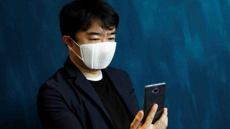 Tapabocas tecnológico, manda WhatsApp y traduce a 8 idiomas