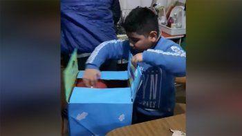 un nino abrio sus regalos en vivo y emociono en las redes