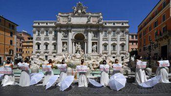 Novias protestan en Roma por el aplazamiento de sus bodas