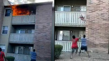 una madre lanzo a su hijo desde un balcon en llamas