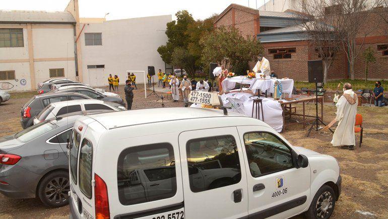 La misa en auto convocó a más de un centenar de fieles