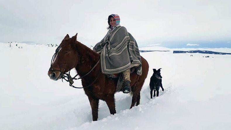 La neuquina que a caballo y entre la nieve atiende a pobladores rurales