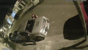 Estacionó delante de su casa y le robaron los espejos retrovisores