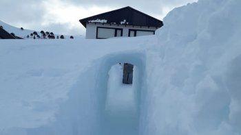 caviahue: construyo un tunel en la nieve para poder salir de su casa