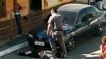 un policia de san pablo le piso el cuello a una mujer