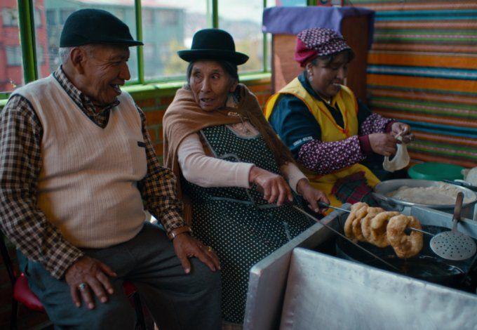 Constantina Velasco y su esposo hace más de 3 décadas preparan buñuelos con anís en La Paz, Bolivia.