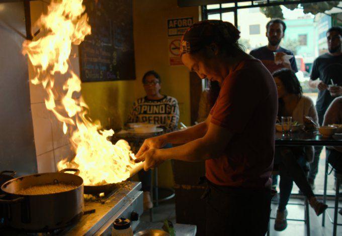 Toshi en acción al frente de su restaurante