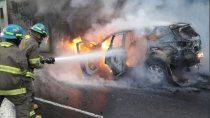 Una mujer genera un incendio en el vehículo de ex pareja y termina herida.