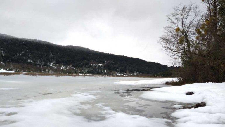 Tres hombres se filmaron trotando sobre la Laguna Rosales congelada.