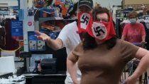 polemica por pareja que fue al super con barbijos nazis