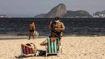 brasil reabre el turismo internacional pese al record de muertes y de contagios