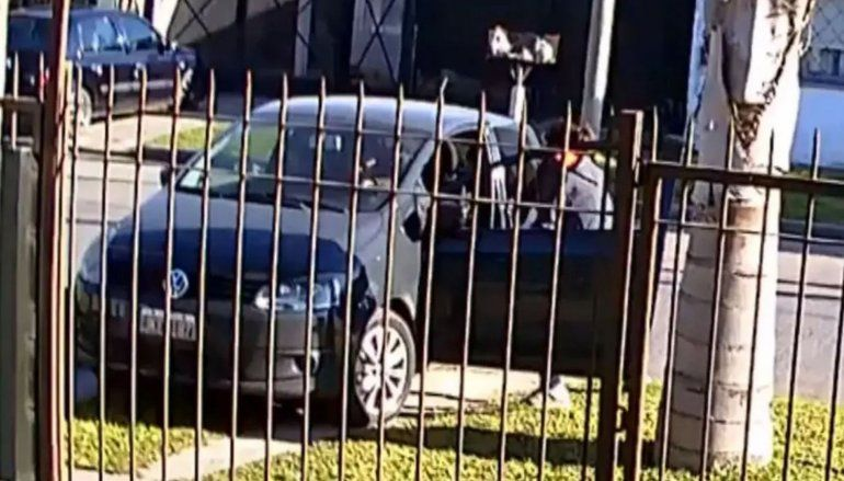 Video: le robaron el auto con el hijo adentro